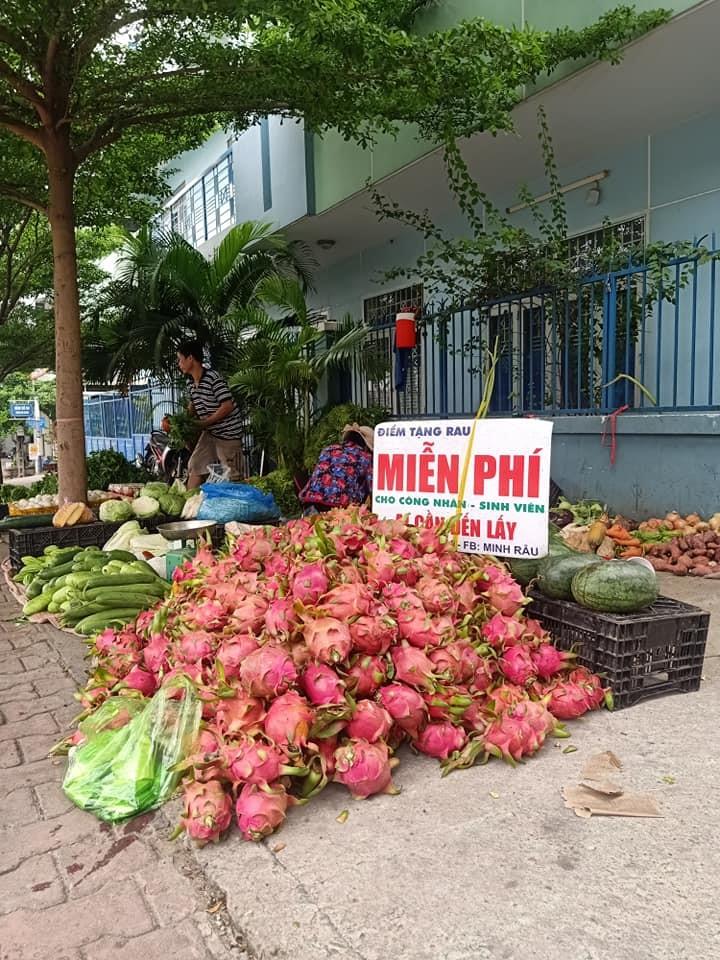 vendor give free vegetable_free dragonfruits