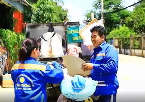 Vietnam trash collectors return gold & cash_Tuan