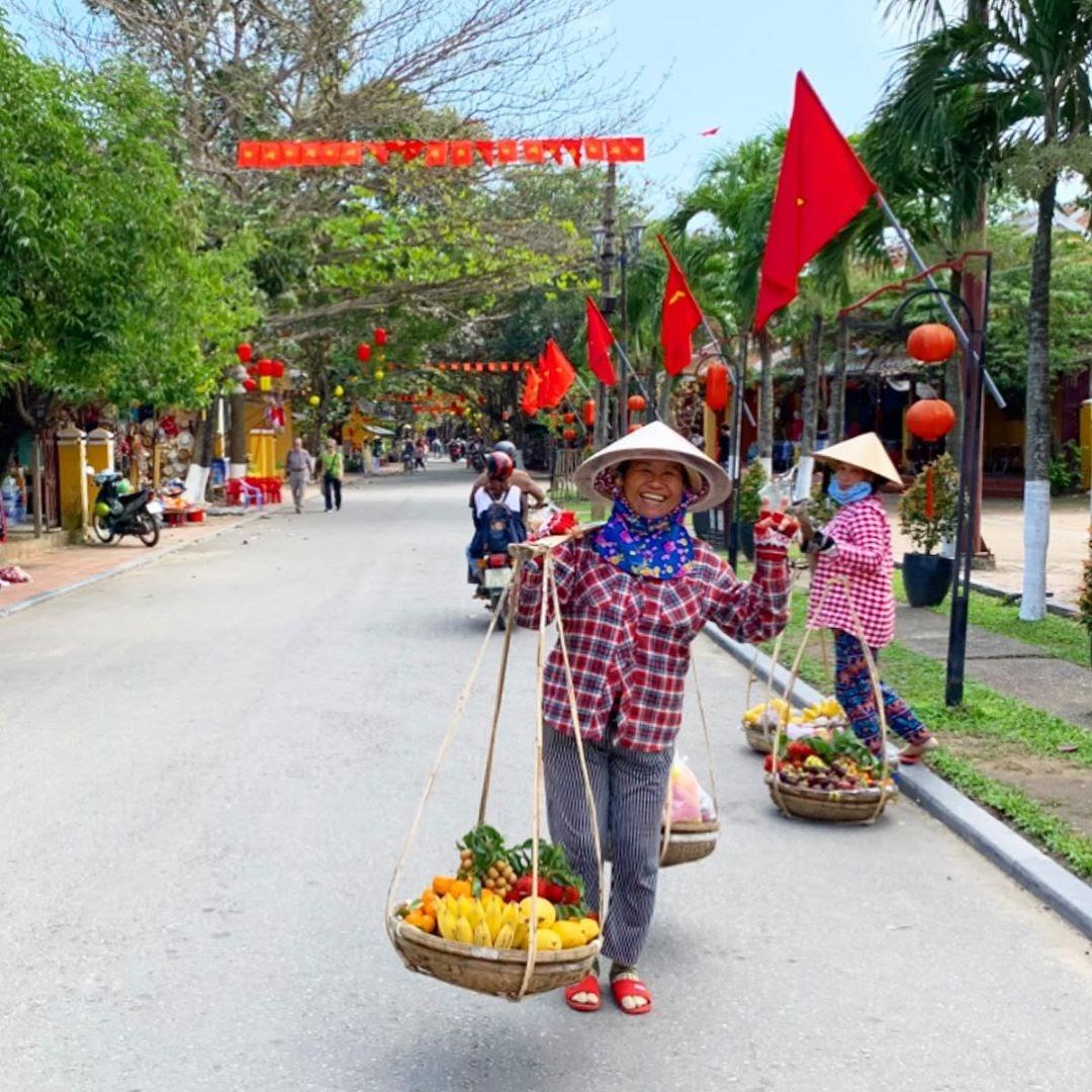 scams in Vietnam - fruit sellers