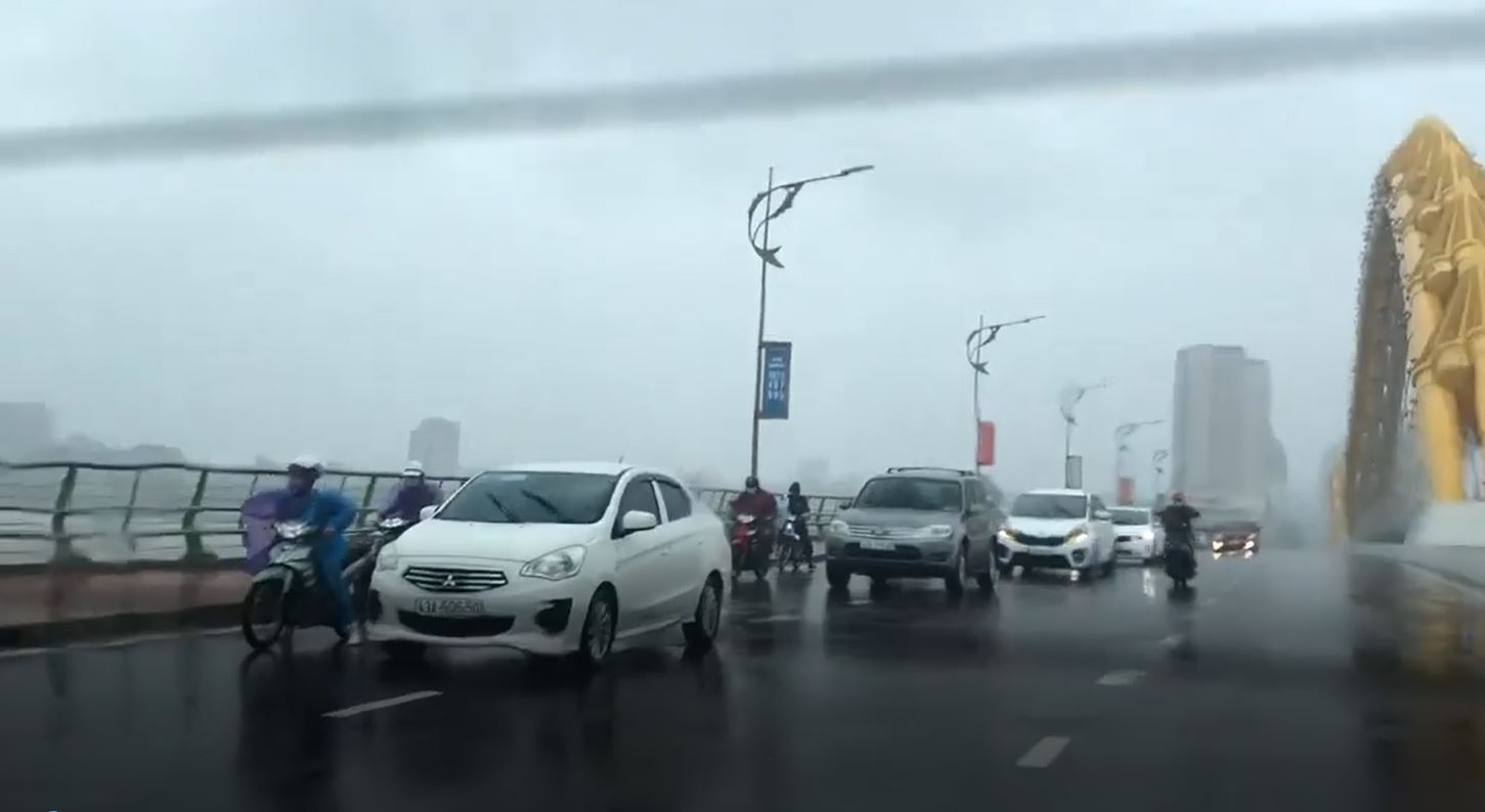 Typhoon Danang_car drivers help motorcyclists