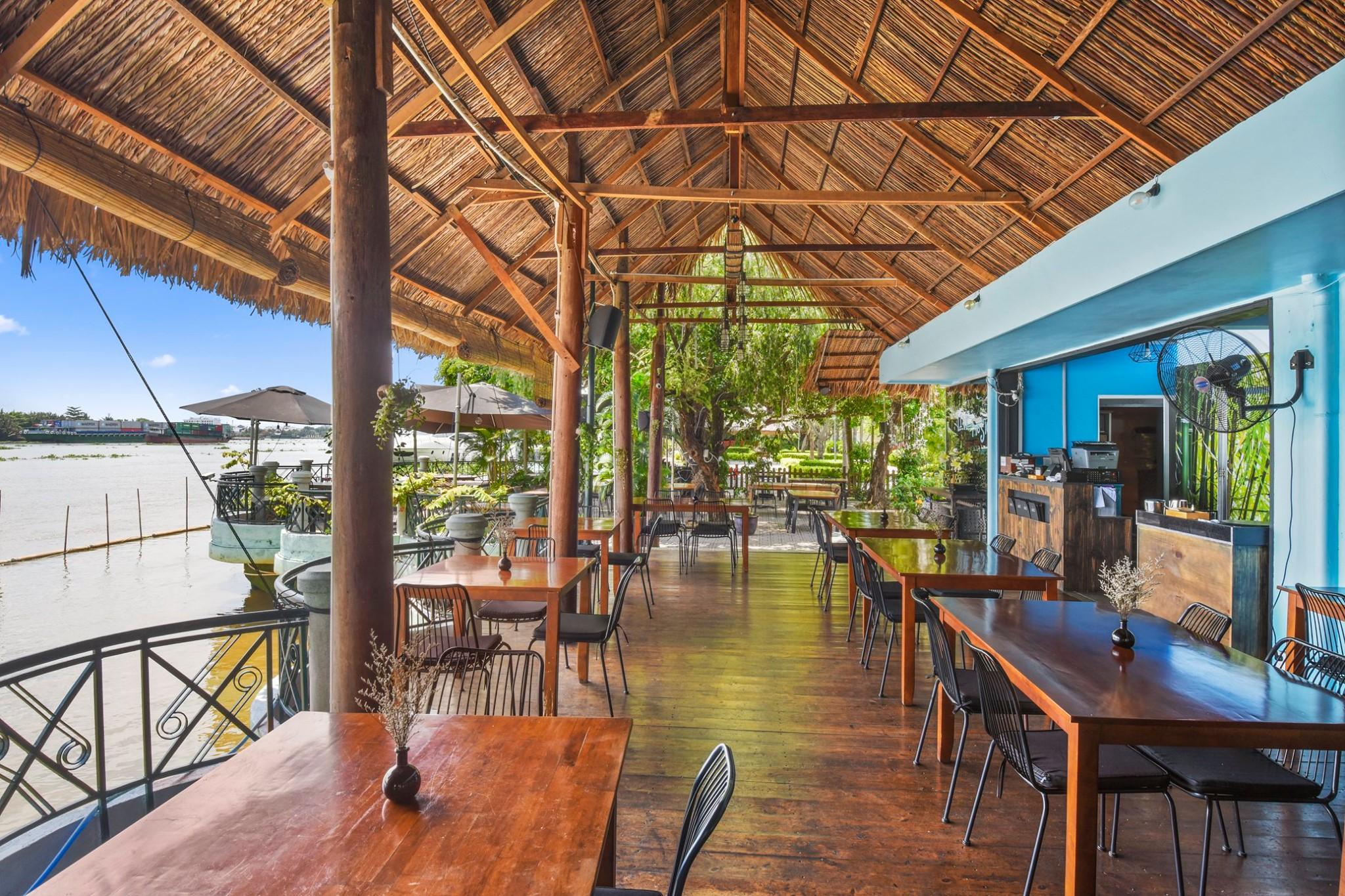 Saigon riverside restaurants_boat house