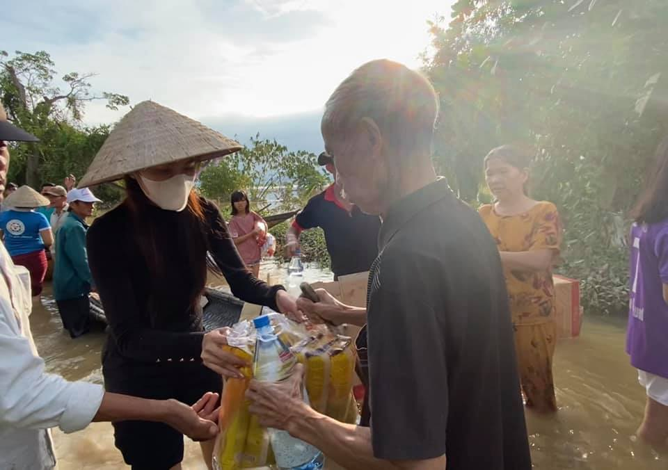 Thuy Tien giving groceries to victims of Central Vietnam floods