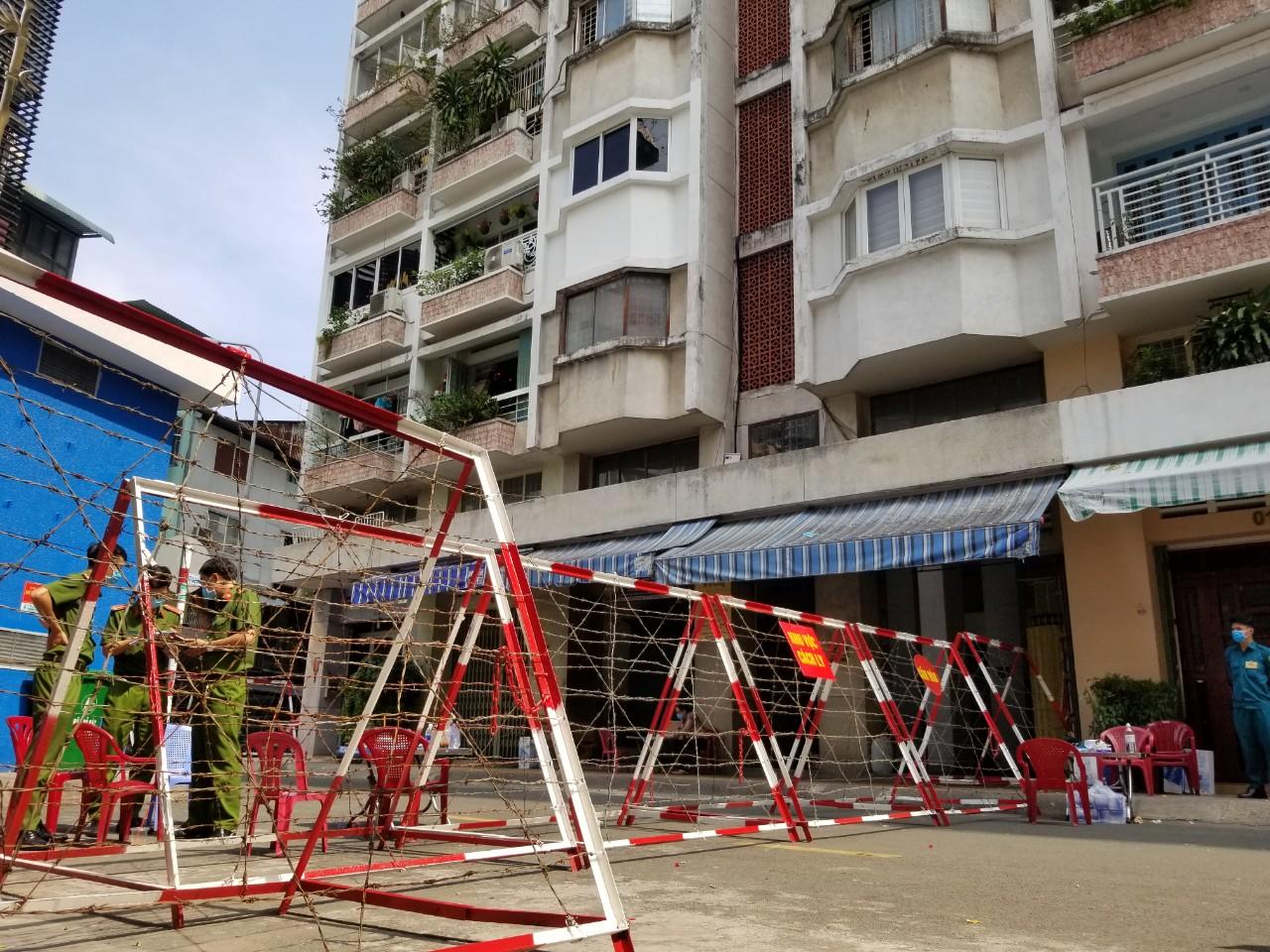 Su Van Hanh apartment building locked down