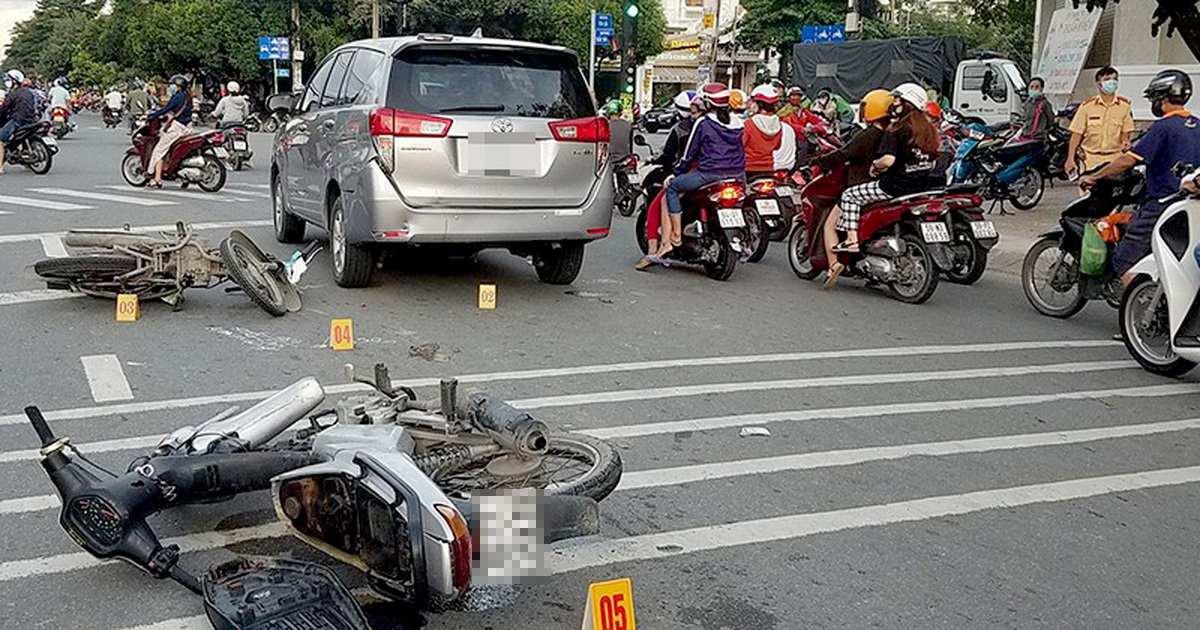 woman saigon robbers - bikes on street