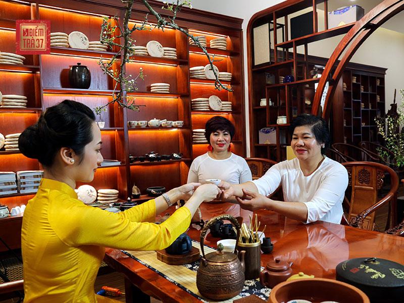 vietnam etiquette - accept treats