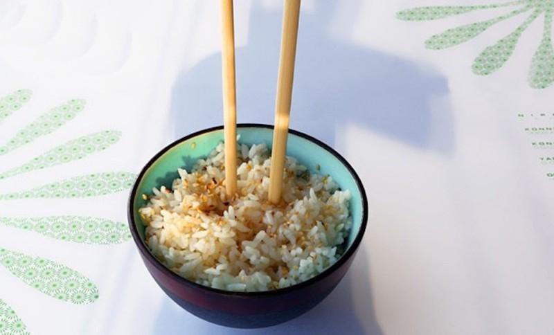 vietnam etiquette - don't plunge chopsticks