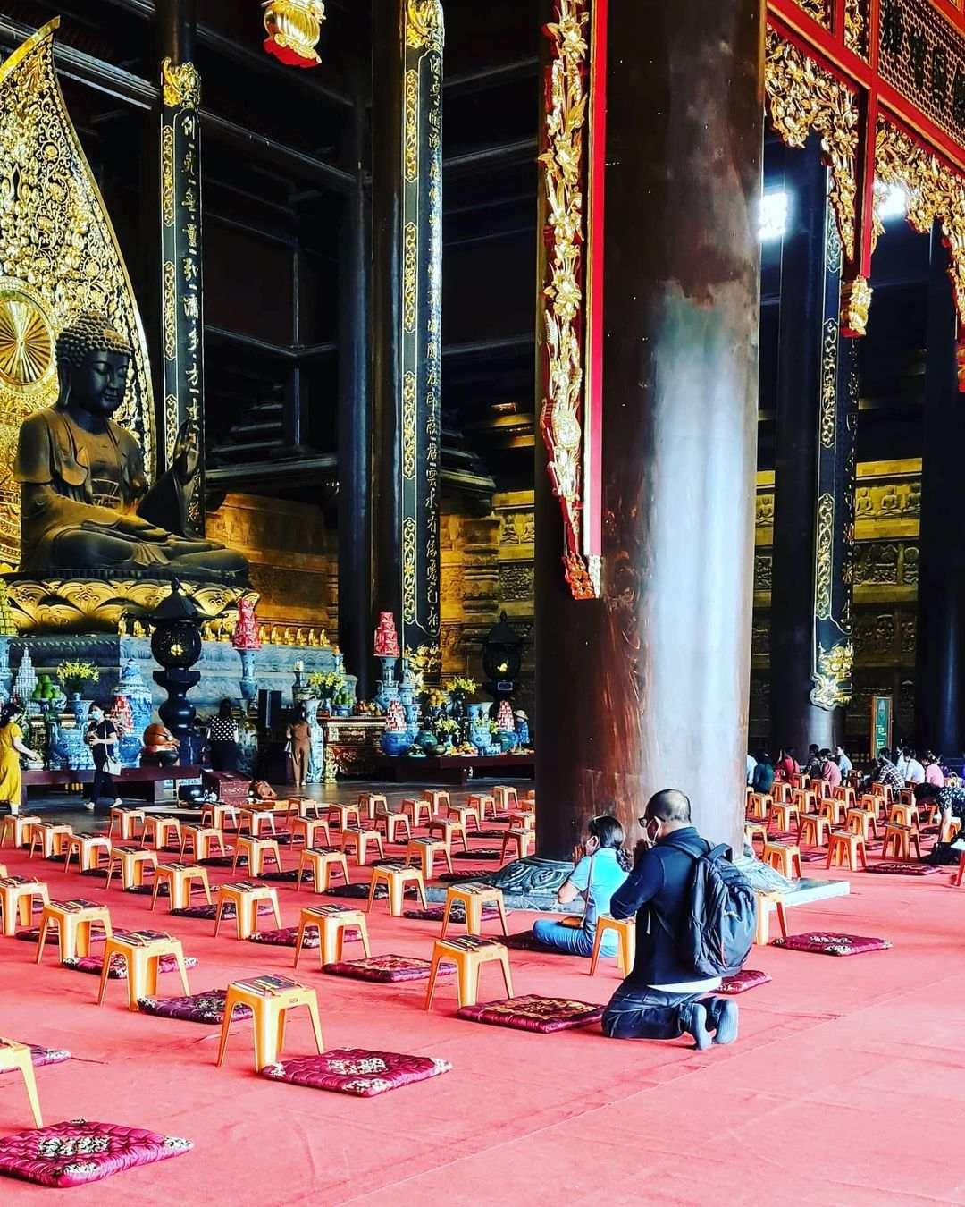 vietnam etiquette - leave shoes out of main altar