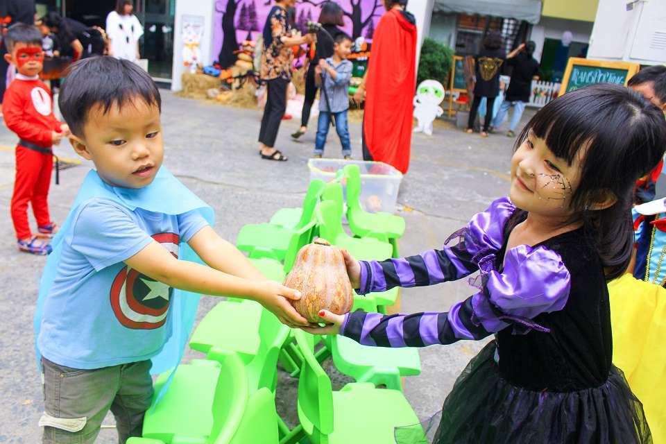 vietnam etiquette - pass items with both hands