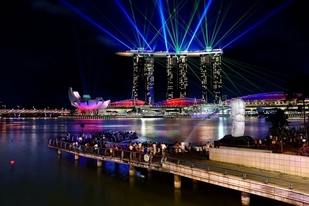 b2ap3_thumbnail_800px-Laser_light_show_at_the_Marina_Bay_Sands_8584152585.jpg