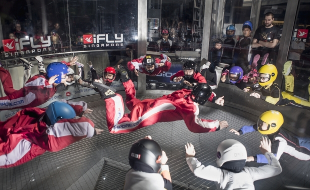 b2ap3_thumbnail_12-children-and-1-adult-set-a-Guinness-World-Record-for-most-number-of-flyers-in-a-wind-tunnel-at-iFly-Singapore.jpg