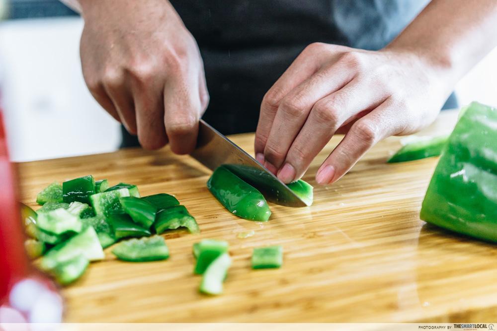 chopping green capiscum