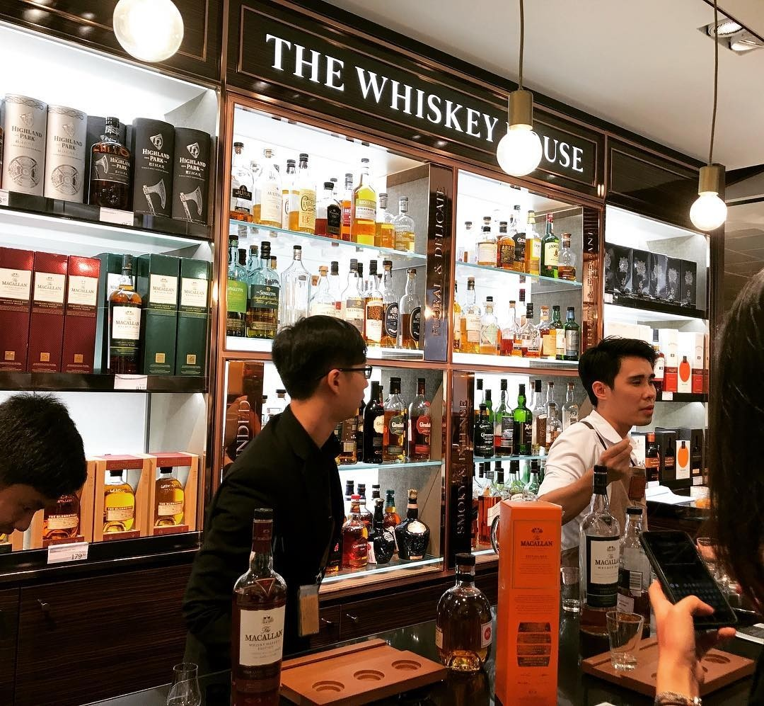 Features in Changi Airport T4 - whisky bar