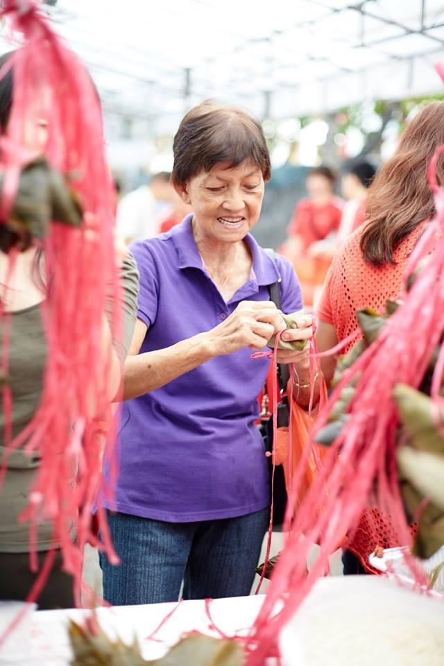 Lady making bak chang