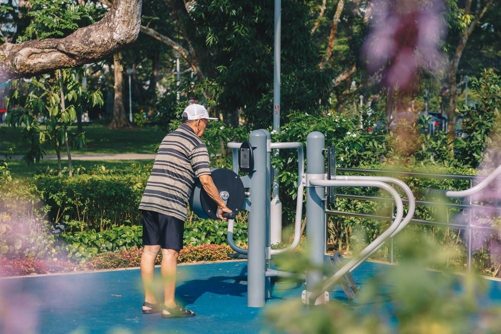 AMK bishan garden old man exercising