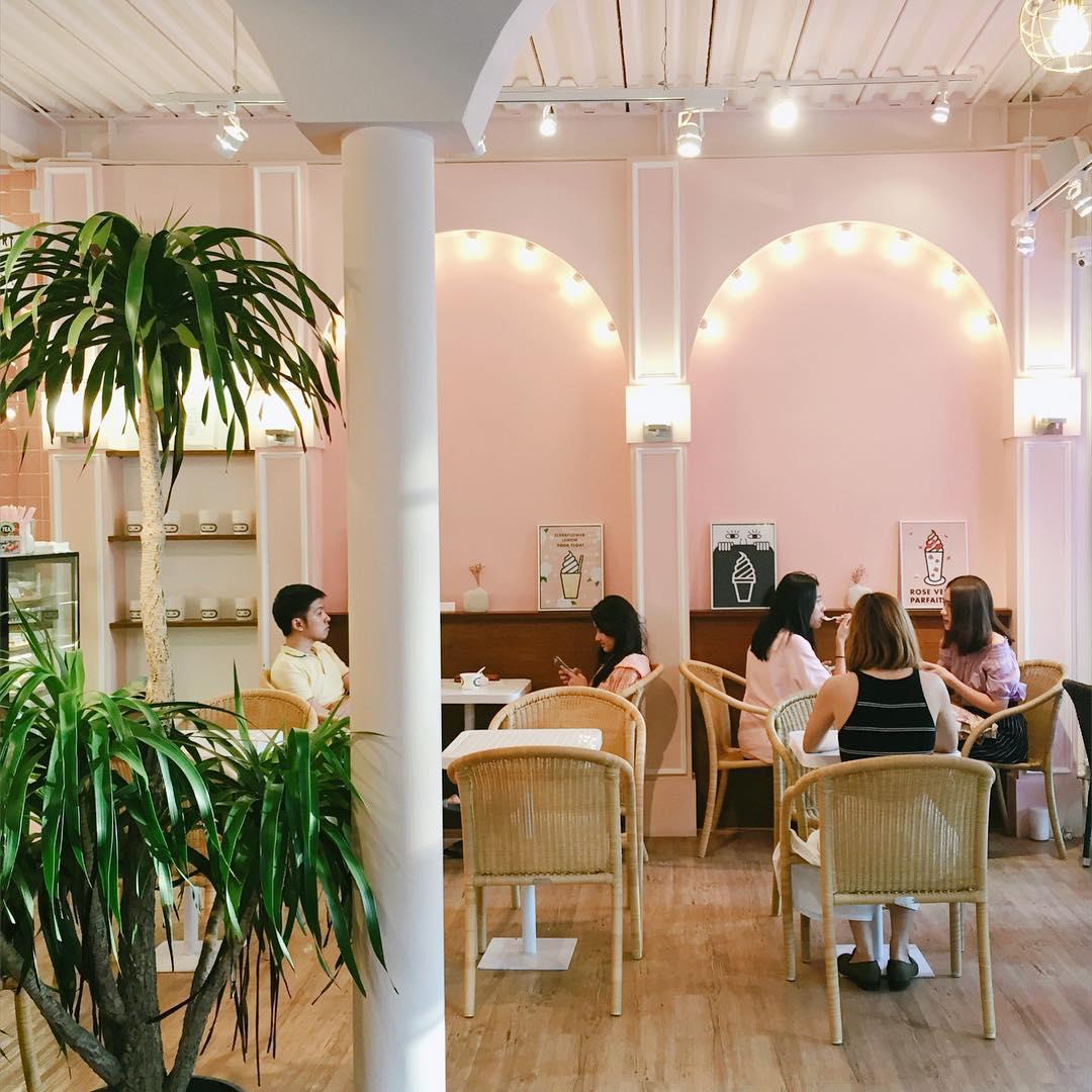 freeze frozen yoghurt pink thmed cafe restaurant shop bangkok thailand insatgrammable froyo