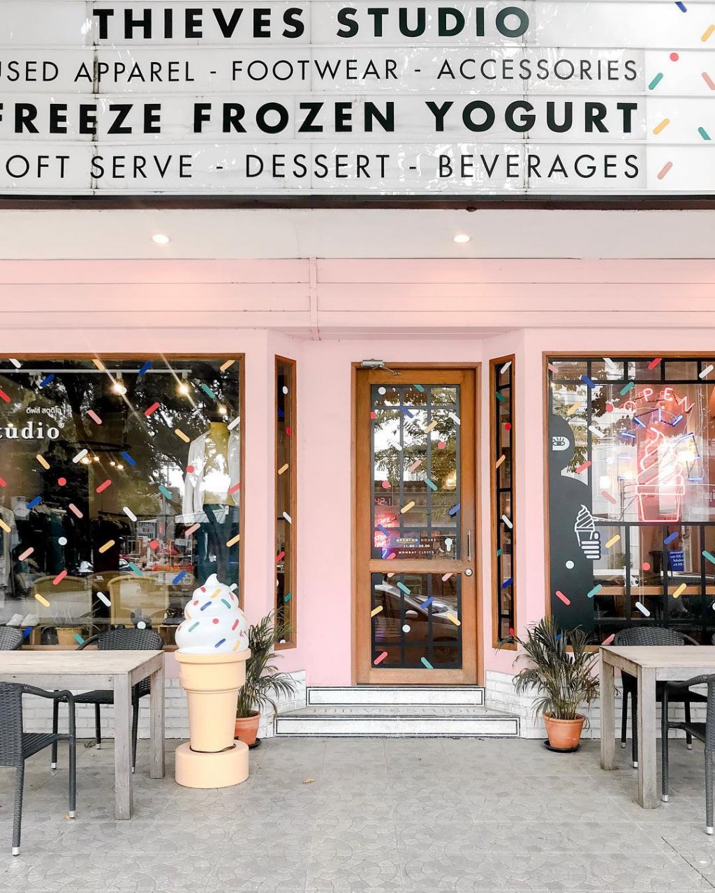 freeze frozen yoghurt pink thmed cafe restaurant shop bangkok thailand insatgrammable froyo