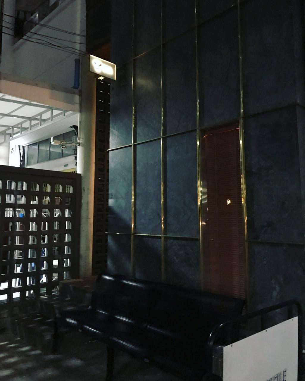 Q&A Bar - exterior