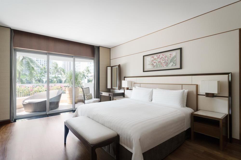shangri la garden wing premier balcony suite bedroom