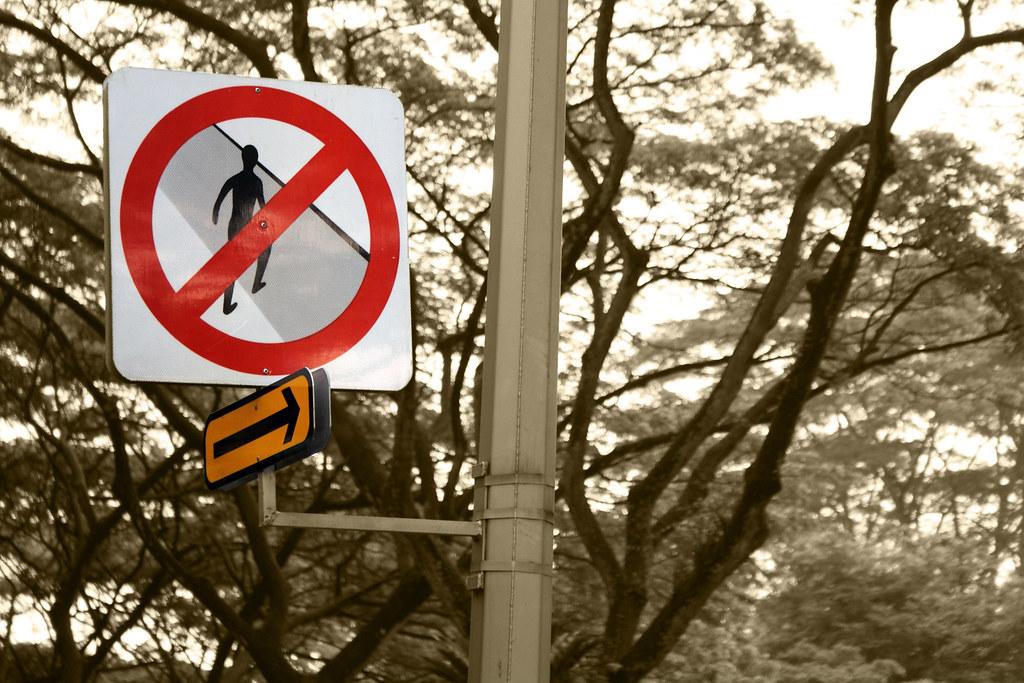 backpacking in singapore - no jaywalking signboard