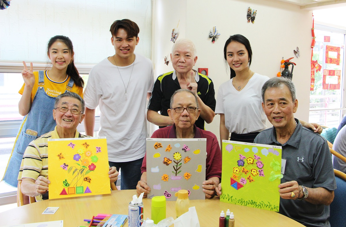 volunteer with elderly - HCA Hospice Care