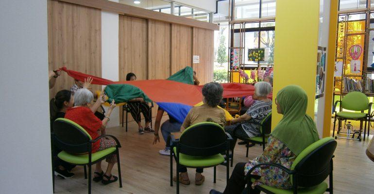 volunteer with elderly - Alzheimer's Disease Association