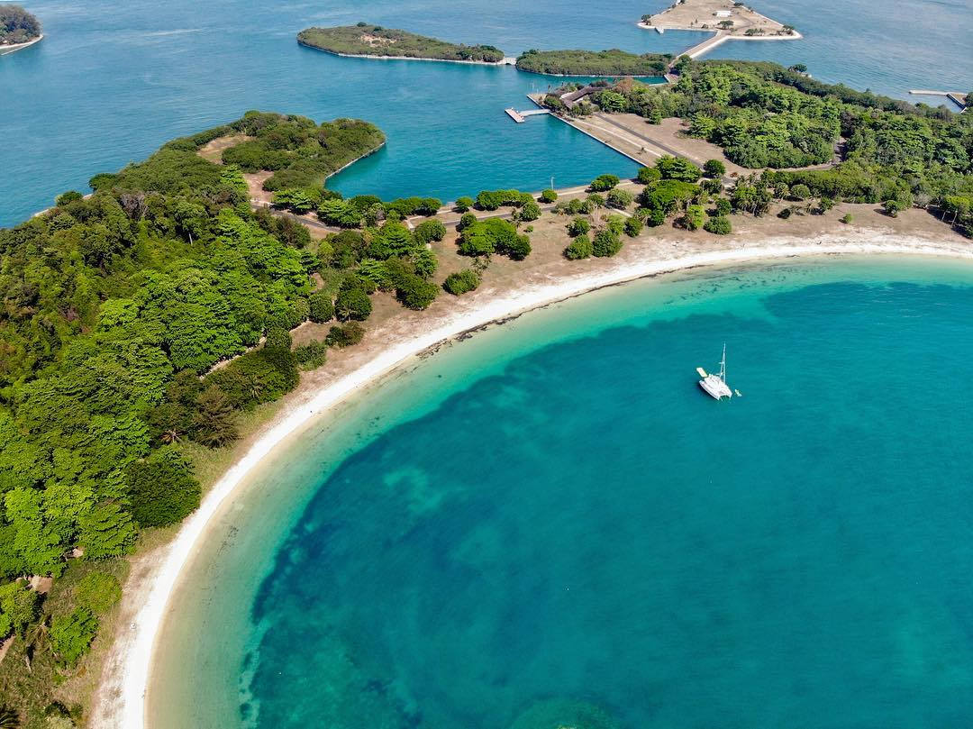 the admiral yacht - lazarus island