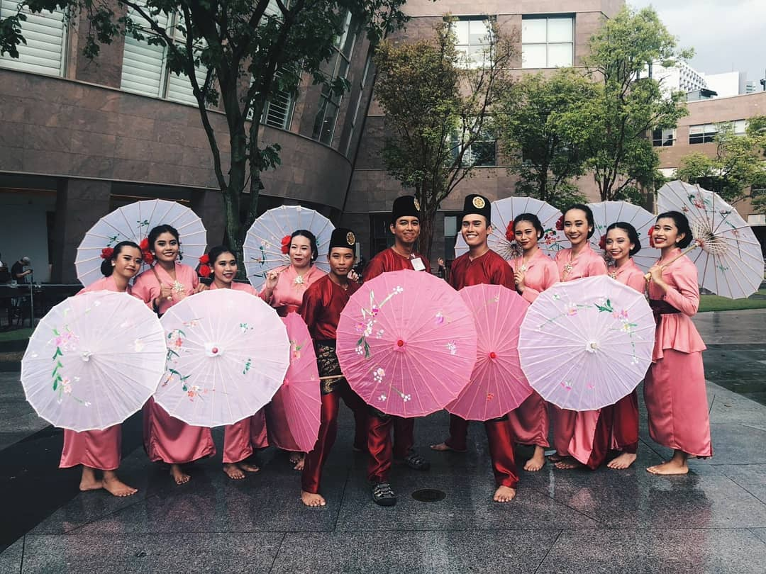 traditional Malay family - dancing using umbrellas with NUS malay dance group Ilsa Tari