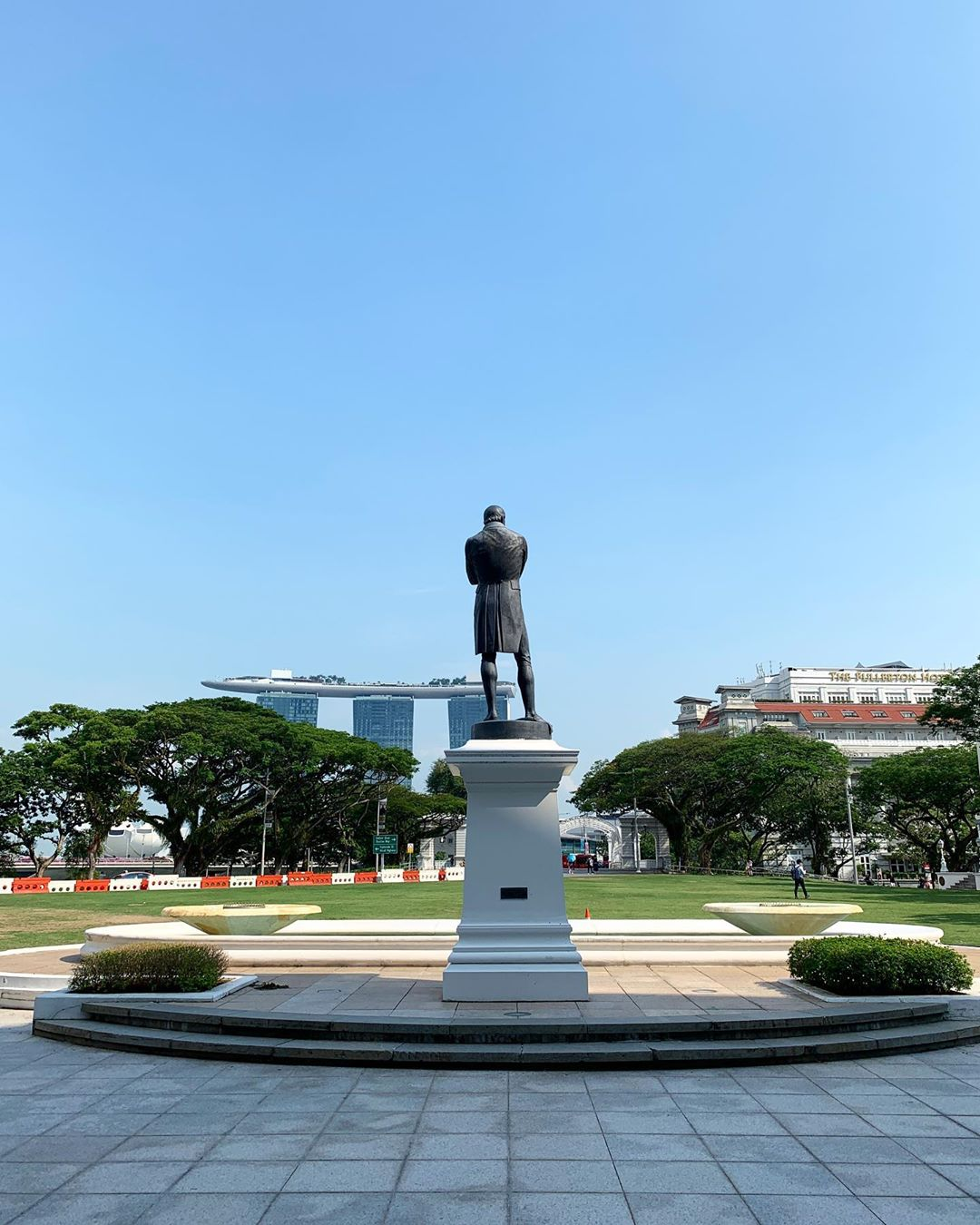 best fireworks viewing spots in singapore - victoria theatre and sir stamford raffles statue