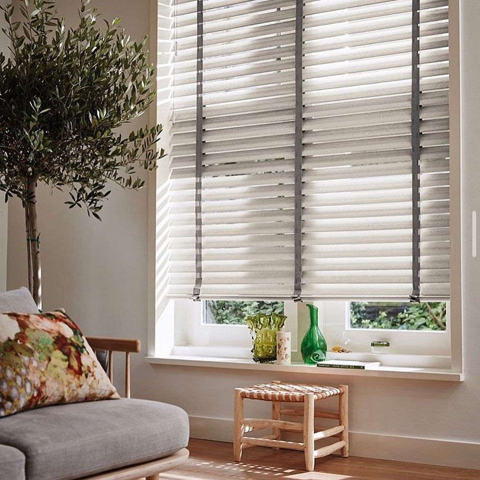 Venetian blinds are stylish household items that can easily create a cozy atmosphere