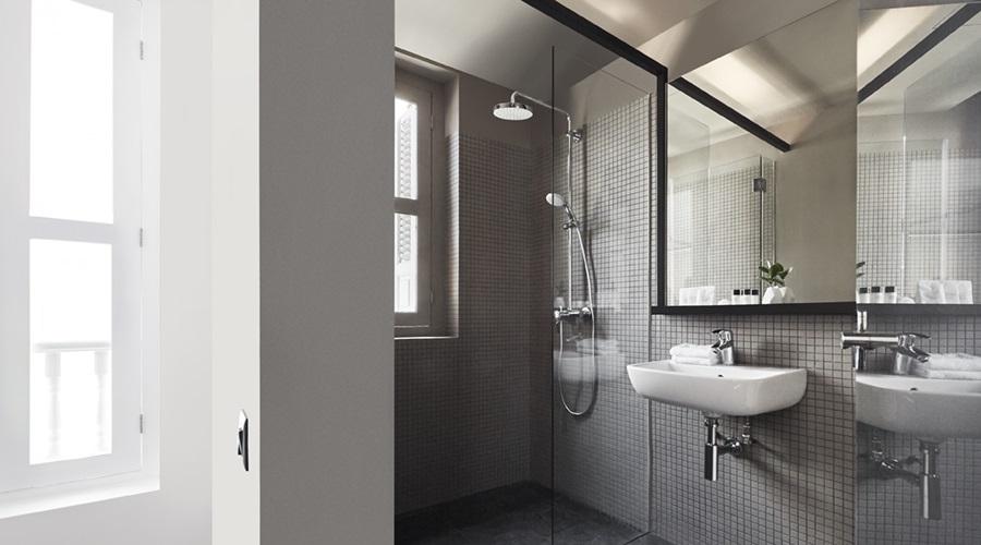 hotel mono shower