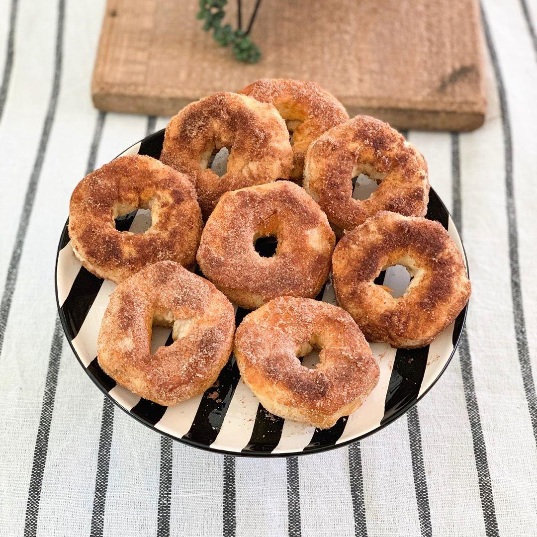Cinnamon-coated donuts