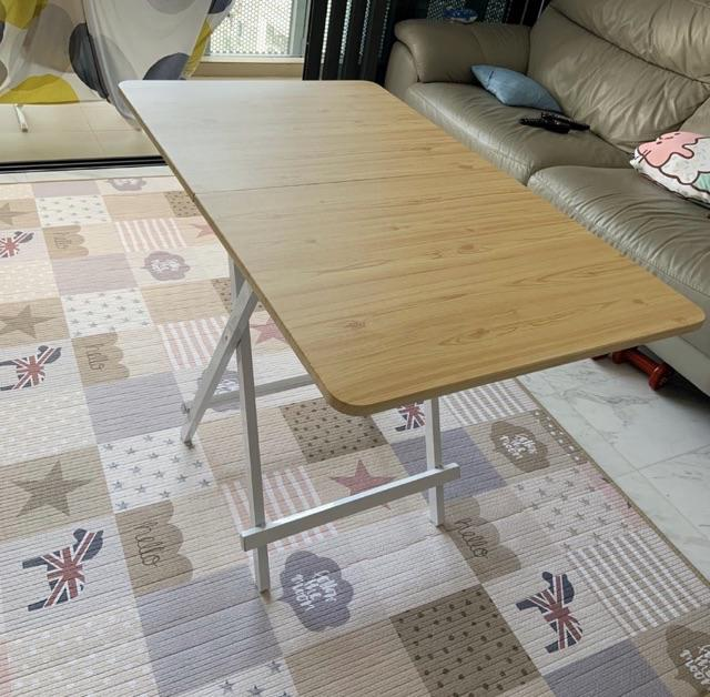 This large folding table works for studying, but also doubles as a dining table.