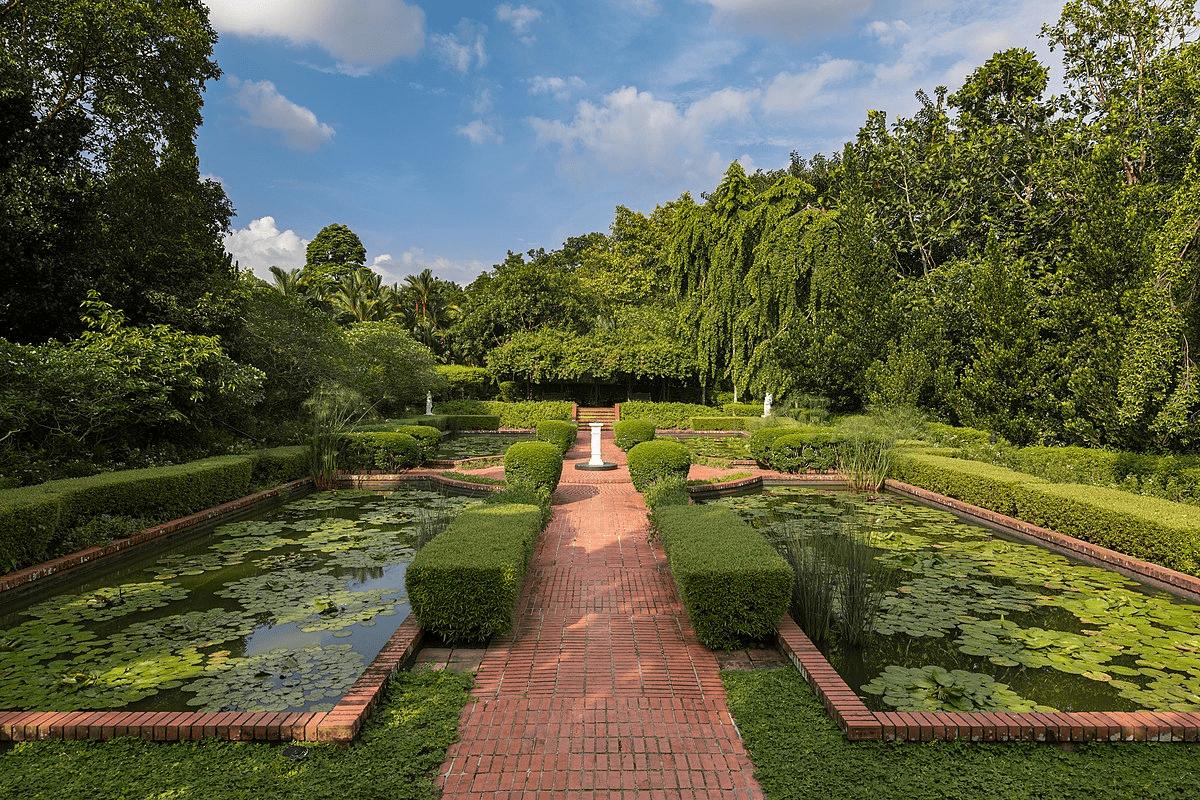 Singapore Road Trip Ideas - Botanic Gardens Sundial Pond