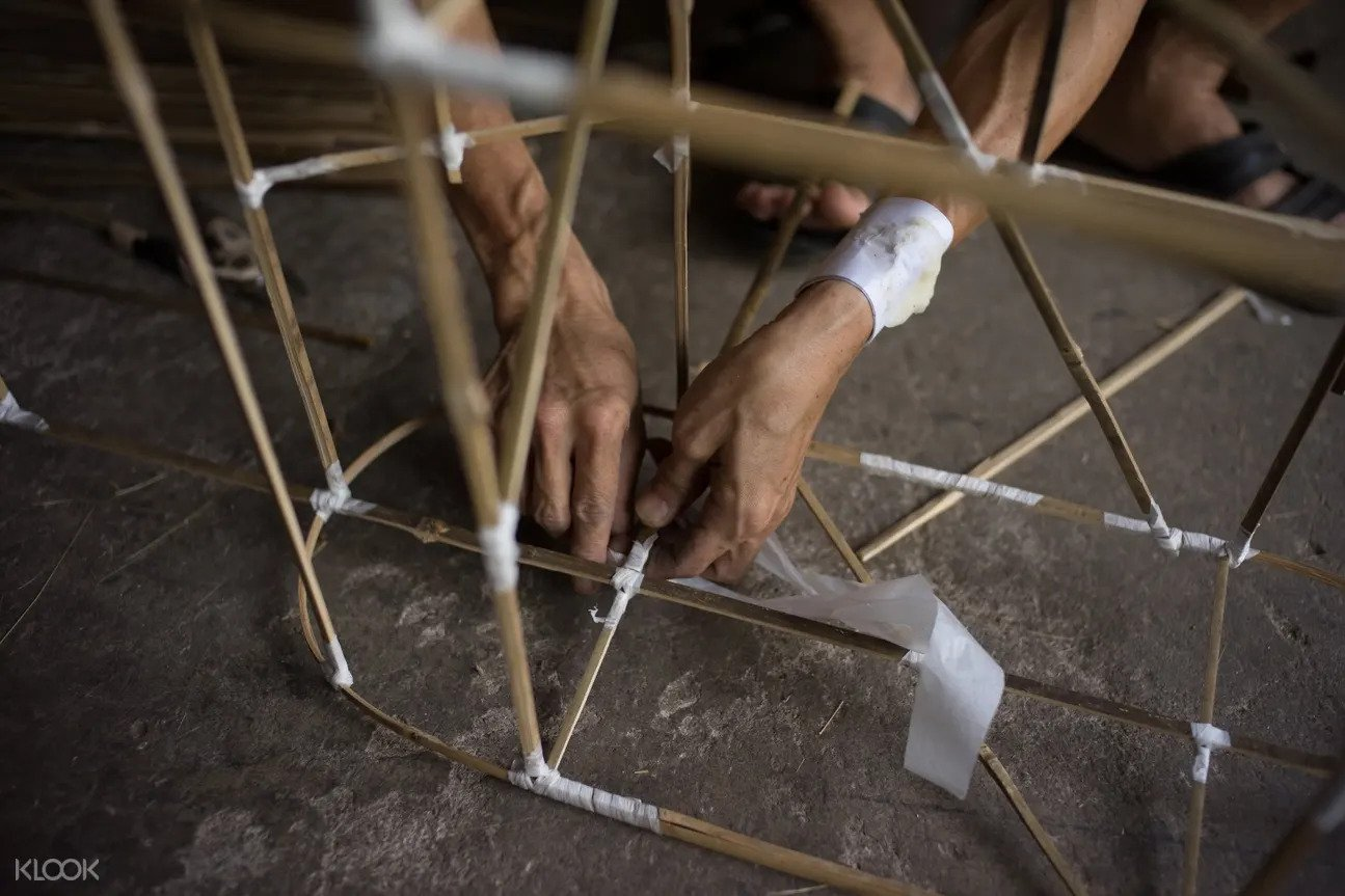 singapore tours for locals - watch traditional paper house makers