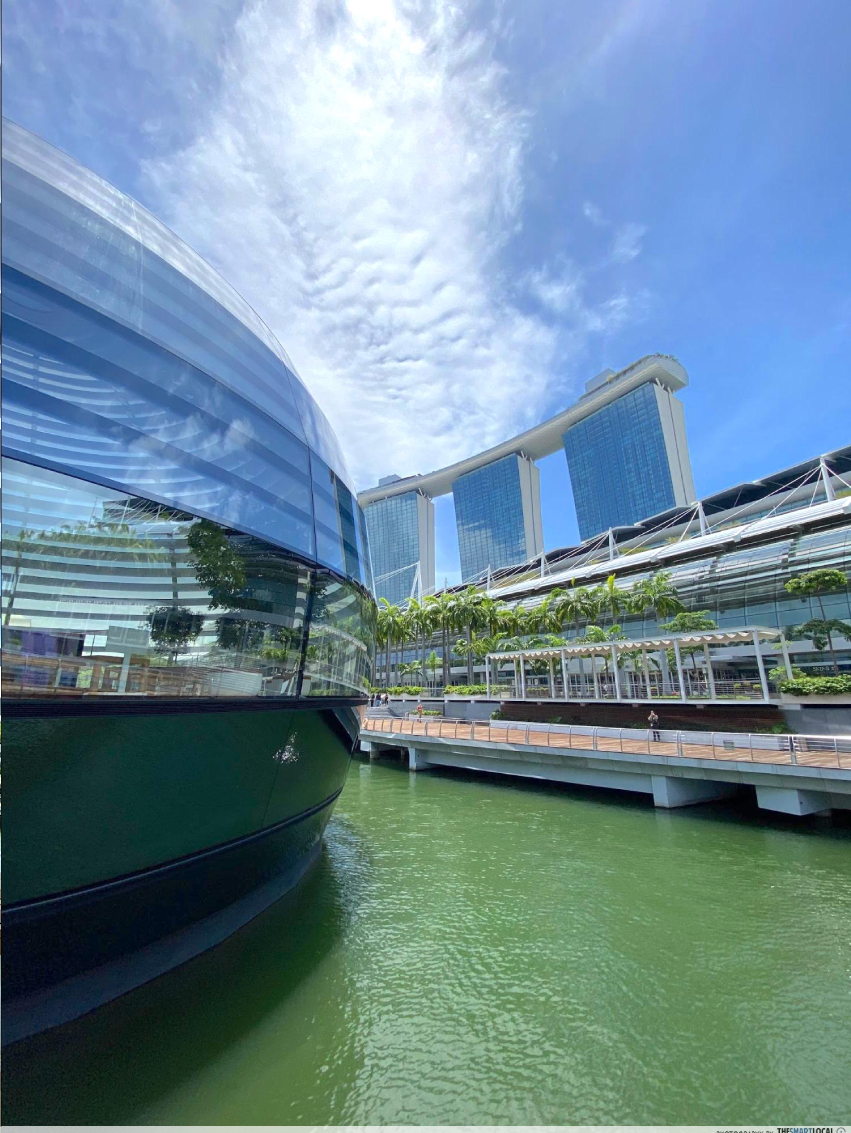 apple store marina bay sands - MBS in the background