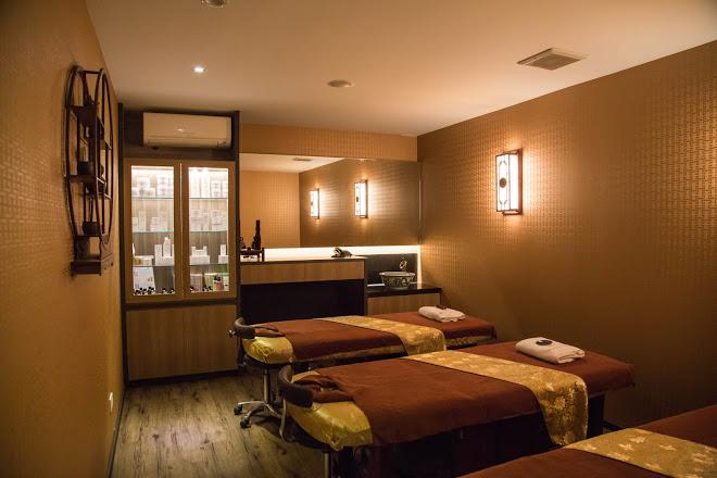 cheap massage singapore - massage beds at emperor spa