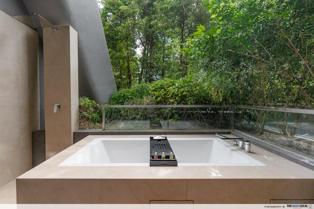 Dusit Thani Laguna Singapore - room bathtub