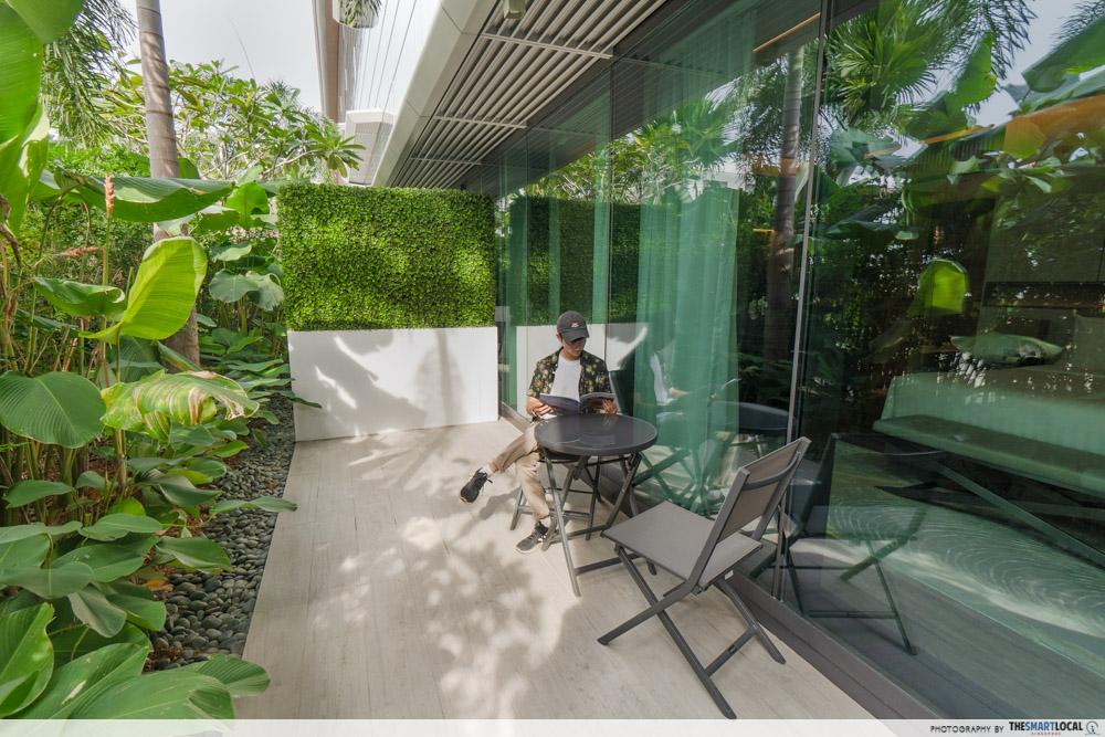 Dusit Thani Laguna Singapore - outdoor patio