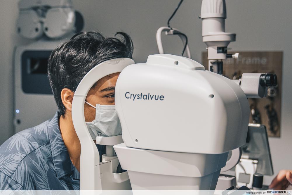 customer taking the complimentary fundus eye health screening