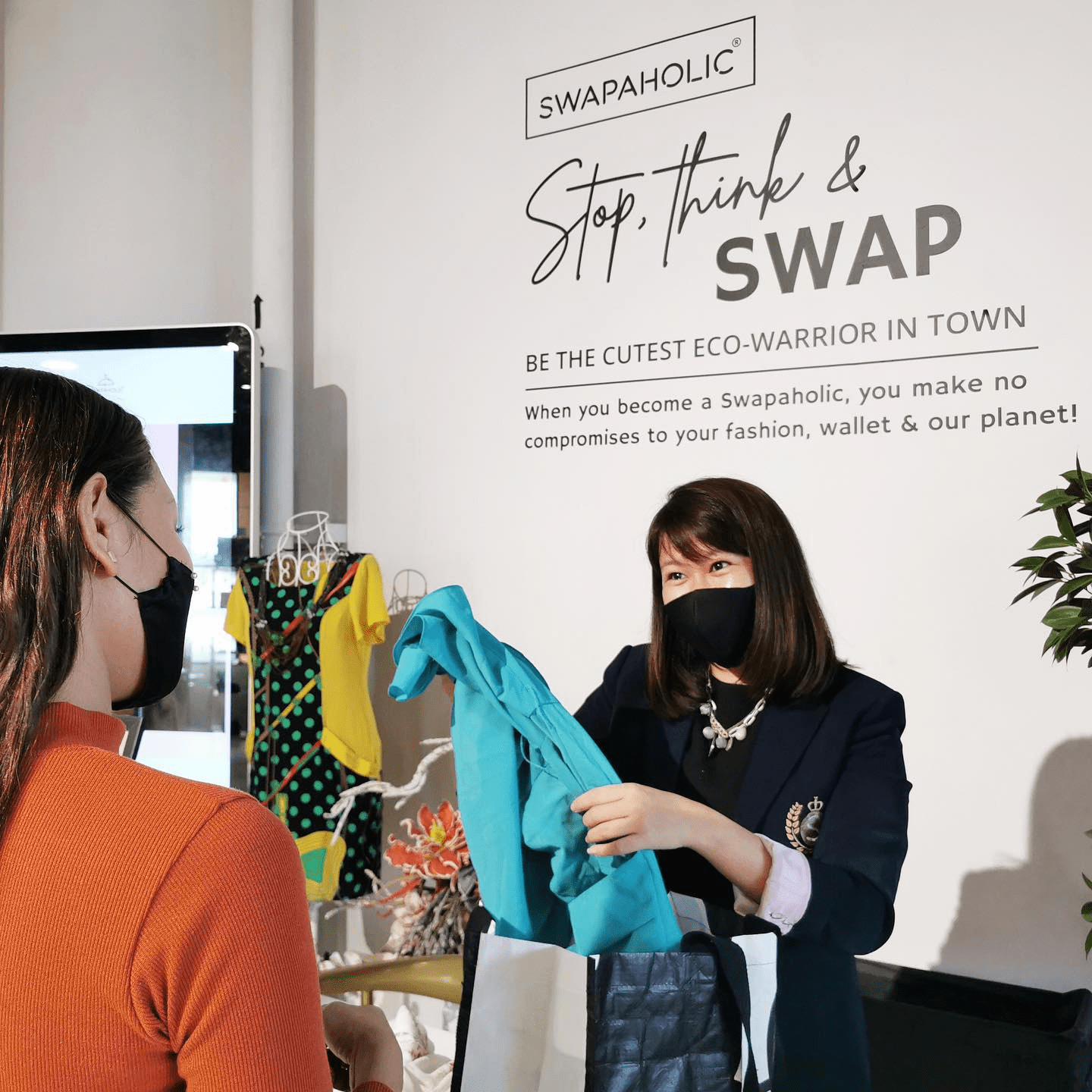 Woman And Cashier At Swapaholic
