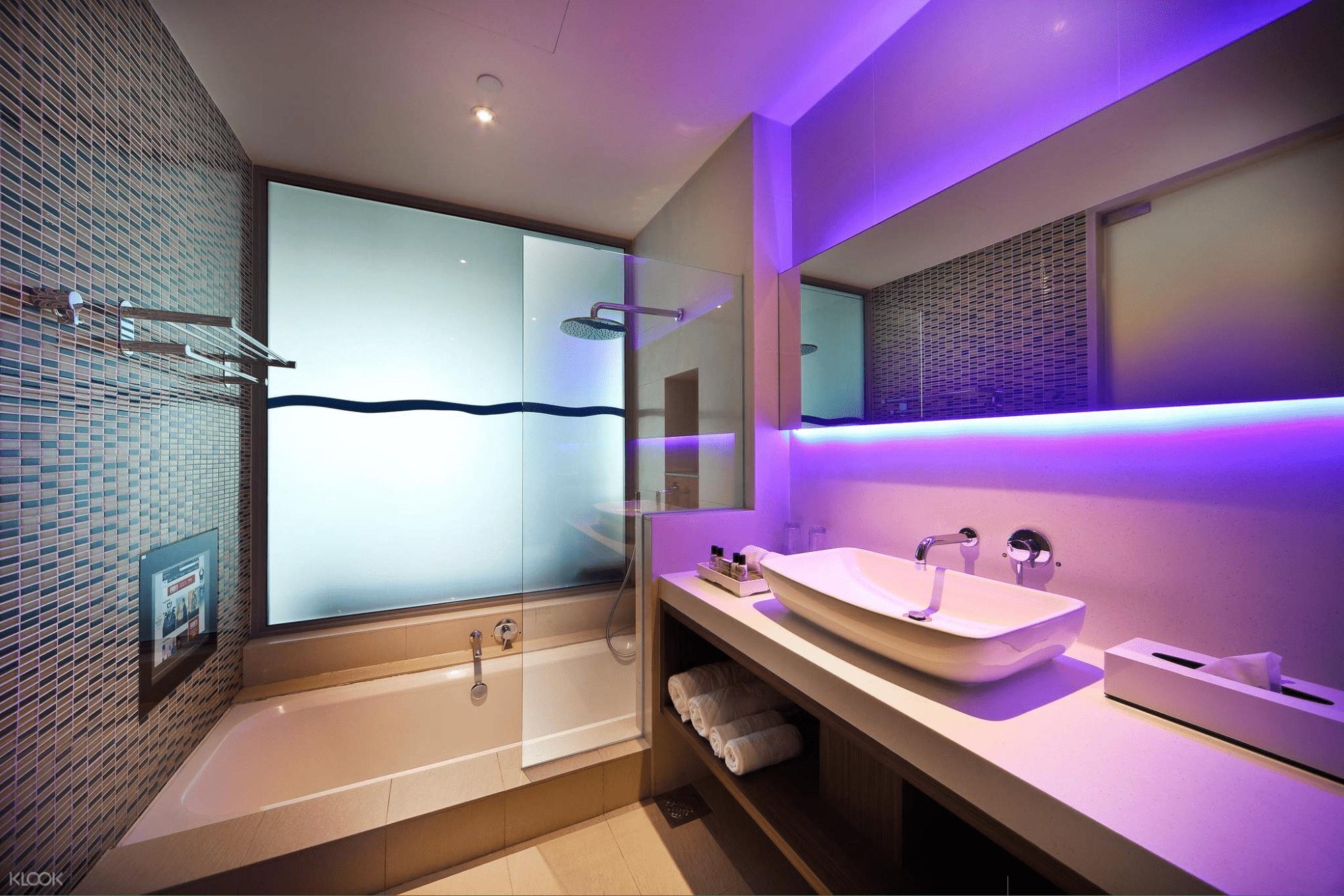 ONE°15 Marina Sentosa Cove - bathroom with tub and TV