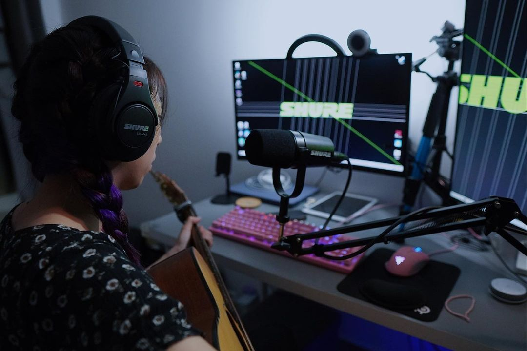 usb microphones singapore - musician using Shure MV7 studio microphone