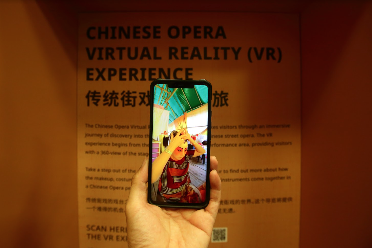 viewing the virtual reality opera exhibit on a smartphone by scanning qr code