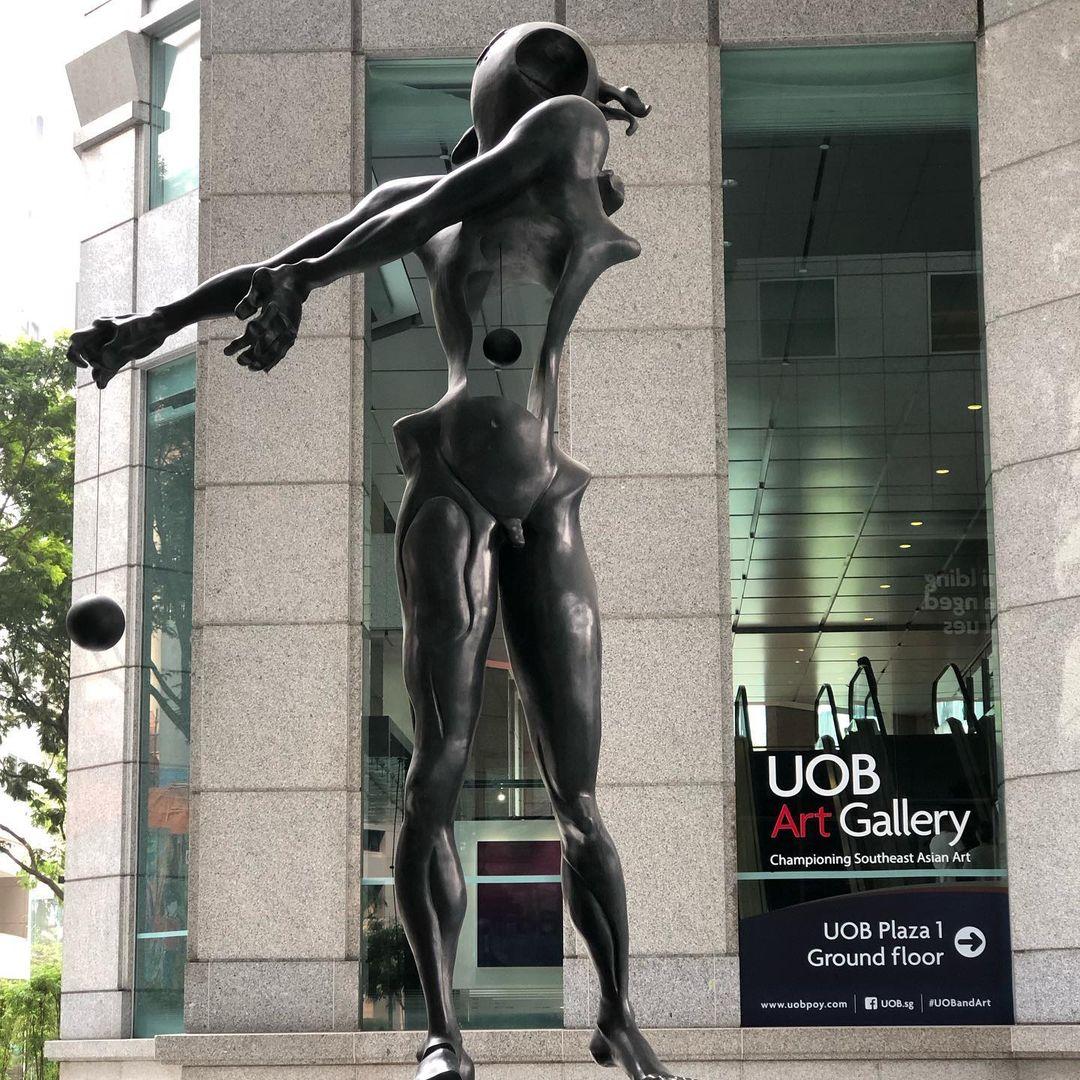 Unique sculptures in Singapore - Homage to Newton